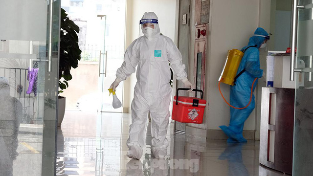 Cận cảnh phong toả toà chung cư ở Hà Nội nơi có 2 ca dương tính SARS-CoV-2 - Ảnh 7.