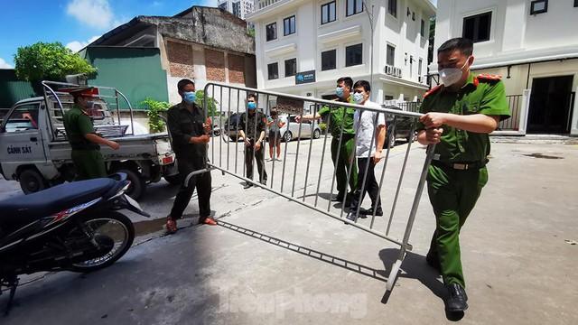 Cận cảnh phong toả toà chung cư ở Hà Nội nơi có 2 ca dương tính SARS-CoV-2 - Ảnh 8.