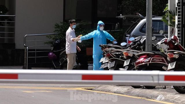Cận cảnh phong toả toà chung cư ở Hà Nội nơi có 2 ca dương tính SARS-CoV-2 - Ảnh 9.
