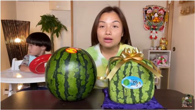 Hot Youtuber người Việt ở Nhật mạnh tay chi gần 8 triệu đồng mua dưa hấu vuông, khi bổ ra không khỏi thất vọng vì lý do này  - Ảnh 1.
