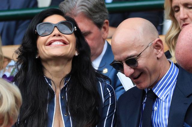 Vừa bị soán ngôi người giàu nhất thế giới, tỷ phú Amazon lại đau đầu khi bị soi gương mặt biến dạng khác thường - Ảnh 3.
