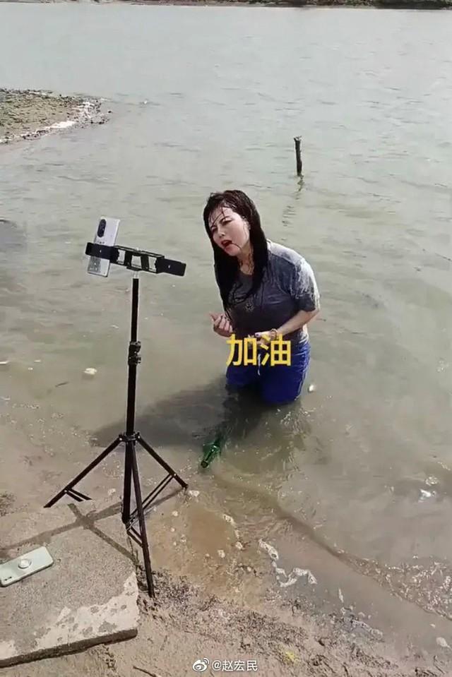 KOL Trung Quốc lợi dụng lũ lụt để câu view  - Ảnh 1.