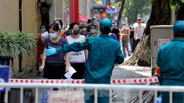 Hàng nghìn người dân sống gần Bệnh viện Phổi Hà Nội làm xét nghiệm COVID-19  - Ảnh 1.