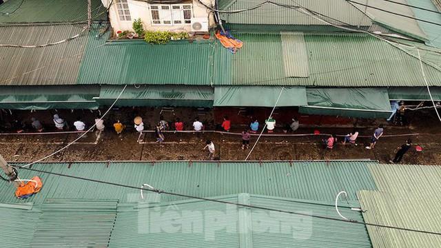 Hình ảnh xét nghiệm hàng trăm tiểu thương chợ Phùng Khoang  - Ảnh 1.