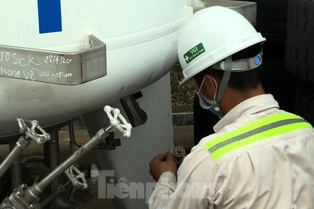 Cận cảnh nhà máy sản xuất oxy y tế khổng lồ phục vụ bệnh viện điều trị COVID-19  - Ảnh 11.
