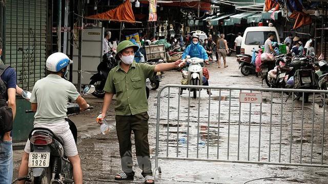 Hình ảnh xét nghiệm hàng trăm tiểu thương chợ Phùng Khoang  - Ảnh 11.