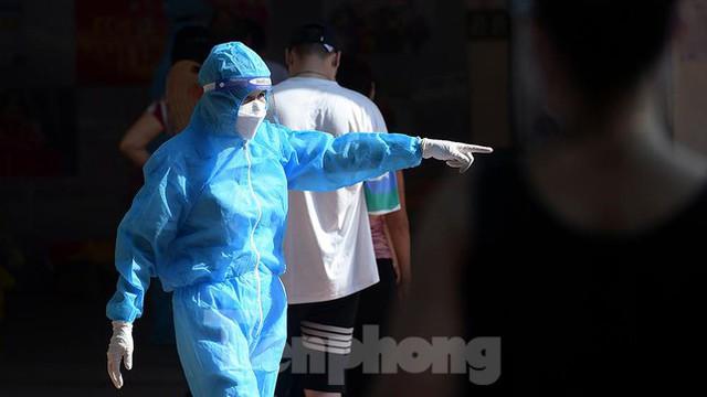 Hàng nghìn người dân sống gần Bệnh viện Phổi Hà Nội làm xét nghiệm COVID-19  - Ảnh 12.