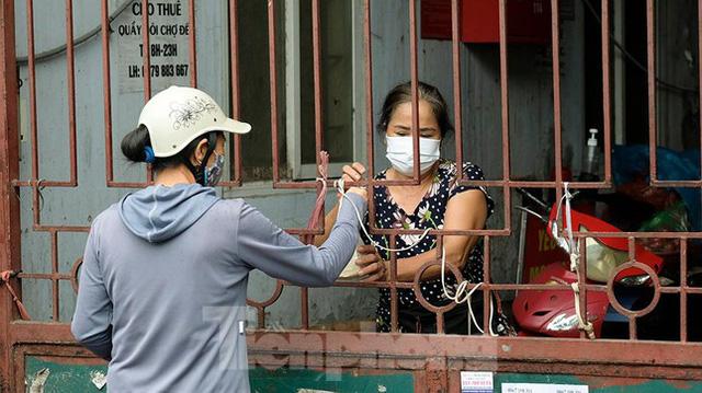 Hình ảnh xét nghiệm hàng trăm tiểu thương chợ Phùng Khoang  - Ảnh 12.