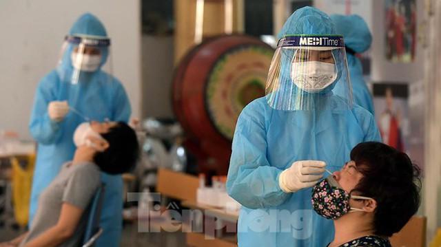 Hàng nghìn người dân sống gần Bệnh viện Phổi Hà Nội làm xét nghiệm COVID-19  - Ảnh 13.