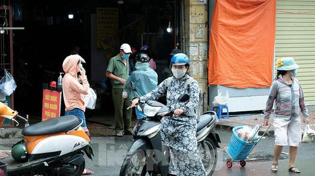 Hình ảnh xét nghiệm hàng trăm tiểu thương chợ Phùng Khoang  - Ảnh 14.