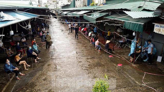 Hình ảnh xét nghiệm hàng trăm tiểu thương chợ Phùng Khoang  - Ảnh 3.