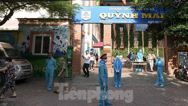 Hàng nghìn người dân sống gần Bệnh viện Phổi Hà Nội làm xét nghiệm COVID-19  - Ảnh 4.