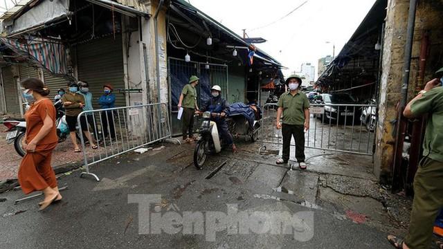 Hình ảnh xét nghiệm hàng trăm tiểu thương chợ Phùng Khoang  - Ảnh 4.
