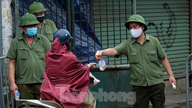 Hình ảnh xét nghiệm hàng trăm tiểu thương chợ Phùng Khoang  - Ảnh 6.