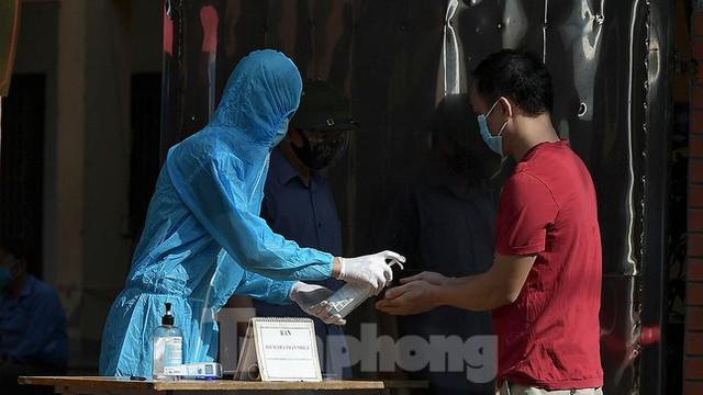 Hàng nghìn người dân sống gần Bệnh viện Phổi Hà Nội làm xét nghiệm COVID-19  - Ảnh 7.