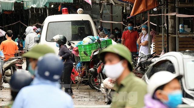 Hình ảnh xét nghiệm hàng trăm tiểu thương chợ Phùng Khoang  - Ảnh 7.