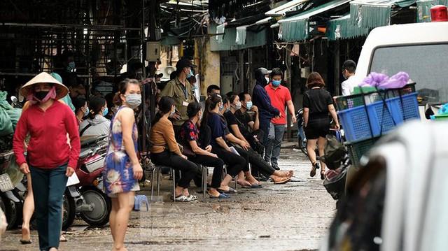 Hình ảnh xét nghiệm hàng trăm tiểu thương chợ Phùng Khoang  - Ảnh 8.