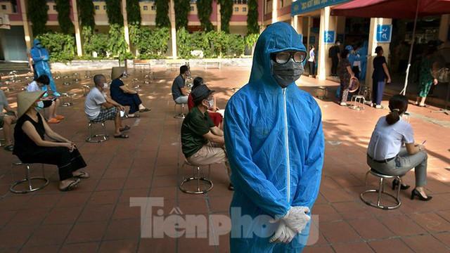 Hàng nghìn người dân sống gần Bệnh viện Phổi Hà Nội làm xét nghiệm COVID-19  - Ảnh 9.