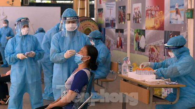 Hàng nghìn người dân sống gần Bệnh viện Phổi Hà Nội làm xét nghiệm COVID-19  - Ảnh 10.