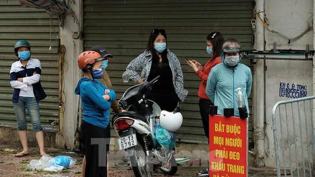 Hình ảnh xét nghiệm hàng trăm tiểu thương chợ Phùng Khoang  - Ảnh 10.