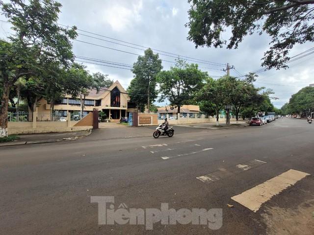 Cận cảnh loạt trụ sở đất vàng được bán đấu giá ở Đắk Lắk - Ảnh 2.