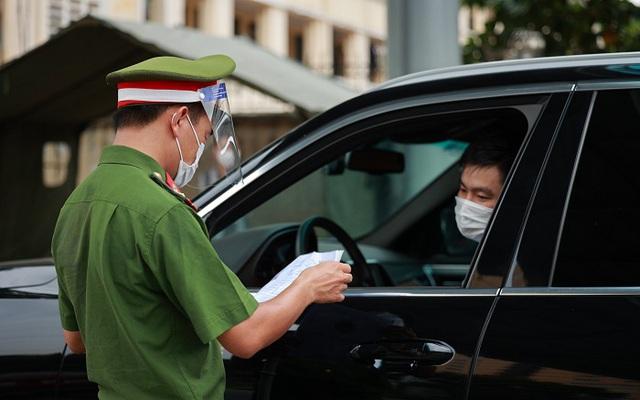 Hà Nội bỏ quy định người dân ra đường phải có lịch trực, lịch làm việc