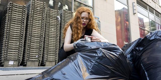 Nổi tiếng vì chuyên bới rác để tìm đồ ăn, cô gái lột trần sự thật về sự lãng phí của các chuỗi cửa hàng nổi tiếng - Ảnh 2.