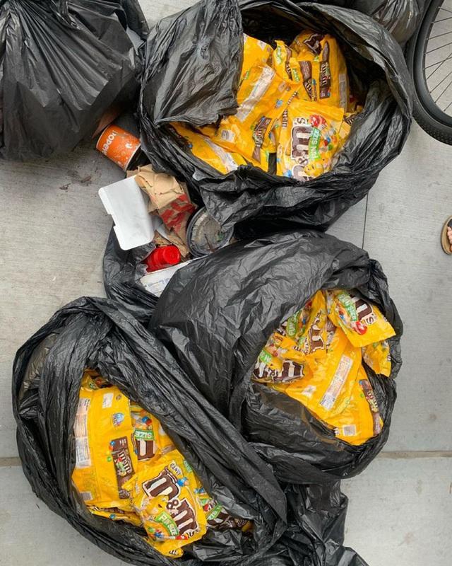 Nổi tiếng vì chuyên bới rác để tìm đồ ăn, cô gái lột trần sự thật về sự lãng phí của các chuỗi cửa hàng nổi tiếng - Ảnh 12.