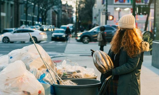 Nổi tiếng vì chuyên bới rác để tìm đồ ăn, cô gái lột trần sự thật về sự lãng phí của các chuỗi cửa hàng nổi tiếng - Ảnh 3.