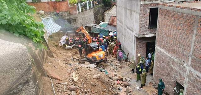 NÓNG: Sạt lở đất vùi lấp 4 người ở thành phố Hạ Long - Ảnh 4.