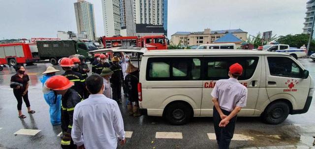 NÓNG: Sạt lở đất vùi lấp 4 người ở thành phố Hạ Long - Ảnh 1.