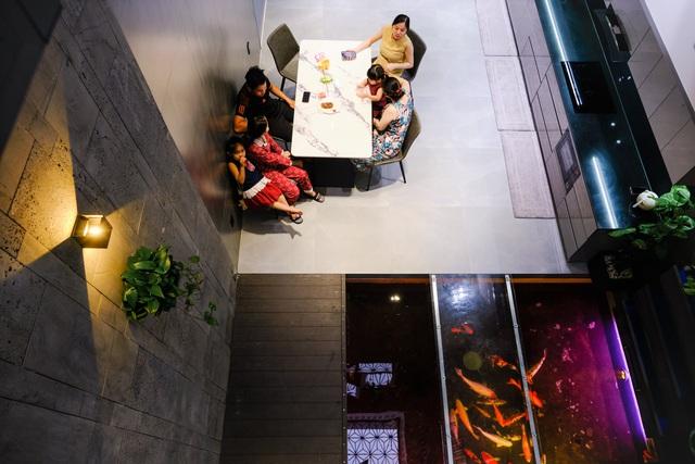 Ngôi nhà phố được thiết kế hiện đại, tinh tế: Không gian sống nhiều cây xanh, có cả bể cá Koi hợp phong thủy, đem lại may mắn cho gia chủ - Ảnh 4.