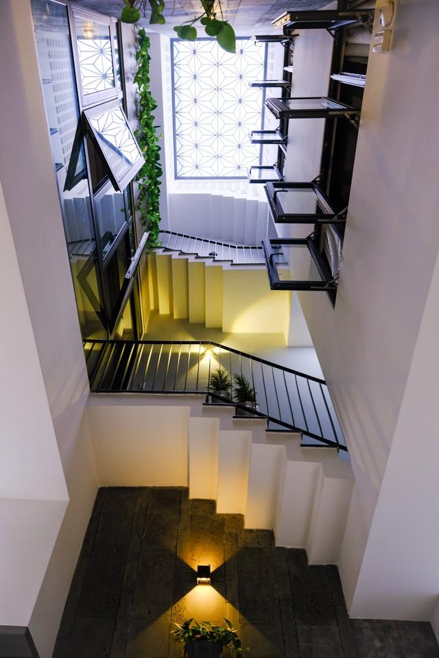 Ngôi nhà phố được thiết kế hiện đại, tinh tế: Không gian sống nhiều cây xanh, có cả bể cá Koi hợp phong thủy, đem lại may mắn cho gia chủ - Ảnh 5.