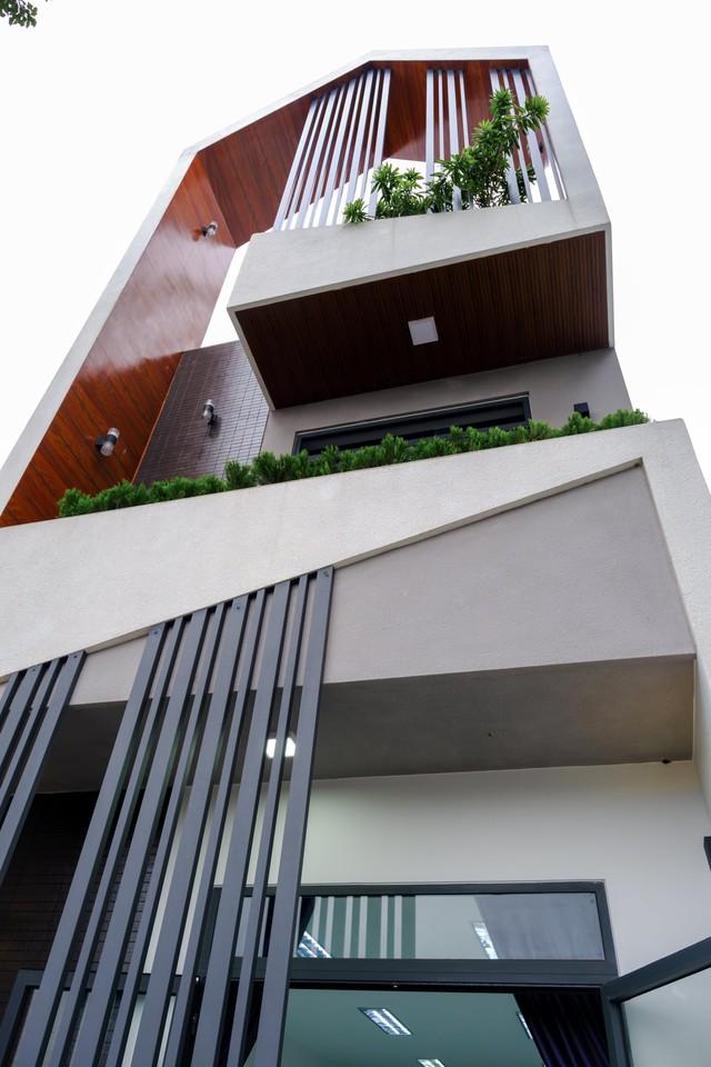 Ngôi nhà phố được thiết kế hiện đại, tinh tế: Không gian sống nhiều cây xanh, có cả bể cá Koi hợp phong thủy, đem lại may mắn cho gia chủ - Ảnh 2.