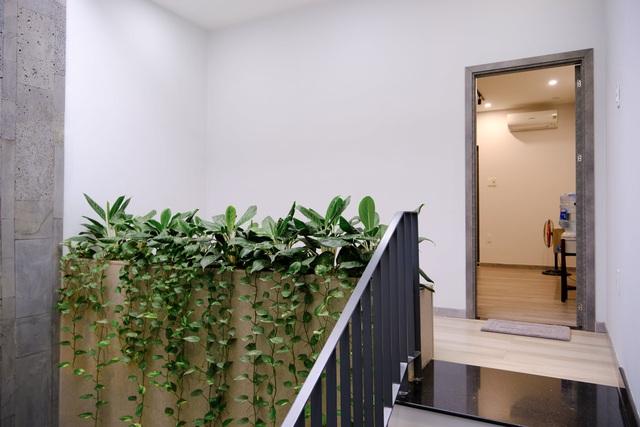Ngôi nhà phố được thiết kế hiện đại, tinh tế: Không gian sống nhiều cây xanh, có cả bể cá Koi hợp phong thủy, đem lại may mắn cho gia chủ - Ảnh 21.