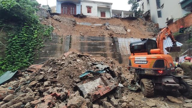 NÓNG: Sạt lở đất vùi lấp 4 người ở thành phố Hạ Long - Ảnh 8.