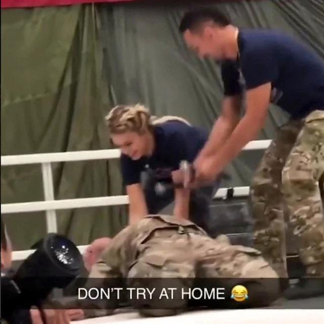 Paige VanZant vô tình khóa gục lính đặc nhiệm Mỹ trong một buổi biểu diễn - Ảnh 3.