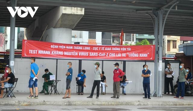 """Hỗ trợ test nhanh virus SARS-CoV-2 cho hàng loạt tài xế """"luồng xanh"""" ở Hà Nội - Ảnh 4."""