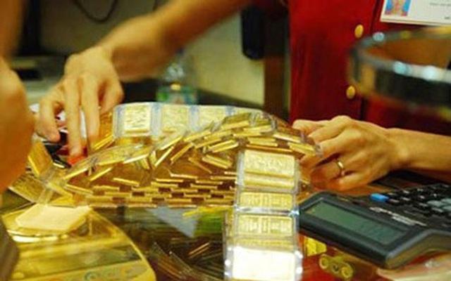 Giá vàng bất ngờ tăng mạnh, rủi ro rình rập - Ảnh 1.