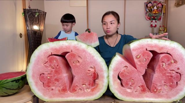 Rẻ như cho loại dưa hấu khổng lồ nặng tới 56kg, hương vị mới gây bất ngờ cho khách Việt - Ảnh 2.