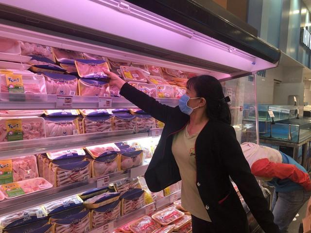 TPHCM: Giá thực phẩm hạ nhiệt, siêu thị giải cứu nông sản - Ảnh 3.