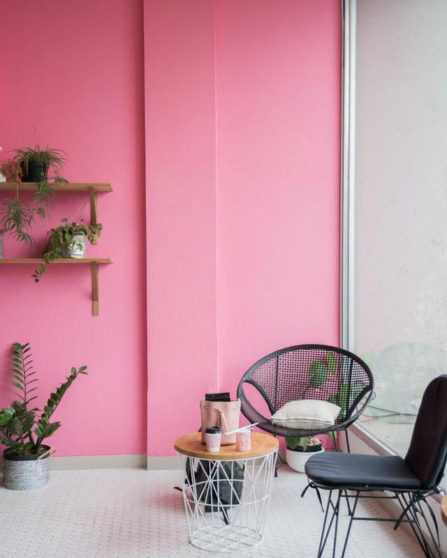 3 lưu ý cần nhớ để biến một bức tường nhạt nhòa trở thành điểm nhấn thật đẹp trong nhà - Ảnh 2.