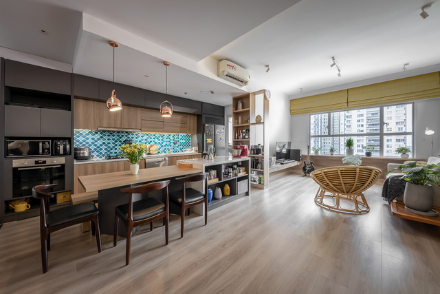 """Không gian căn hộ 99m2 thoáng đãng, rất chill của gia đình thích đọc sách, yêu âm nhạc sau khi được KTS khuyên: """"Thiết kế không gian sống cần lâu dài, đừng ở tạm bợ như ăn ổ bánh mỳ, uống ly sữa"""" - Ảnh 1."""