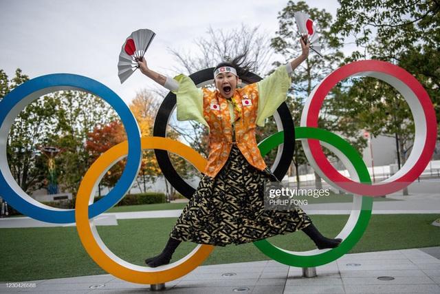 Siêu fan Nhật Bản 30 năm dự không sót kỳ Olympic nào, quyết tâm biến nhà thành nhà thi đấu - Ảnh 1.