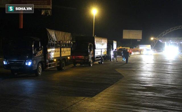 Cảnh tài xế trắng đêm chờ đón và hỗ trợ bà con đi từ miền Nam về quê tránh dịch Covid-19 - Ảnh 12.