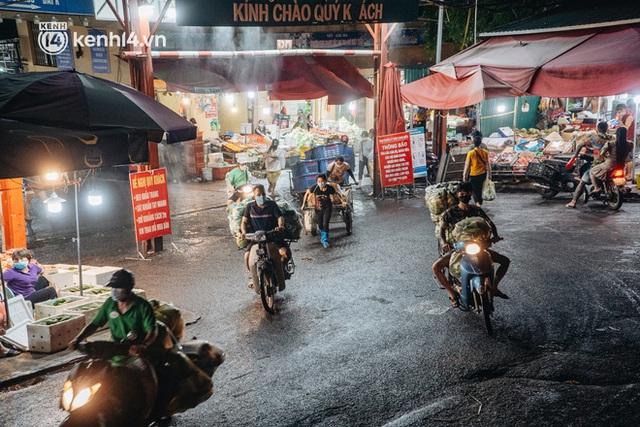 Hà Nội: Phong tỏa khu vực hải sản trong chợ Long Biên, tập trung truy vết liên quan ca Covid-19 từng đến đây - Ảnh 14.