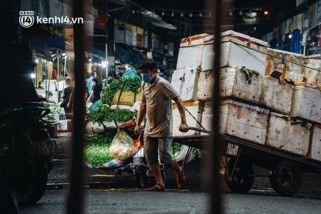 Hà Nội: Phong tỏa khu vực hải sản trong chợ Long Biên, tập trung truy vết liên quan ca Covid-19 từng đến đây - Ảnh 15.