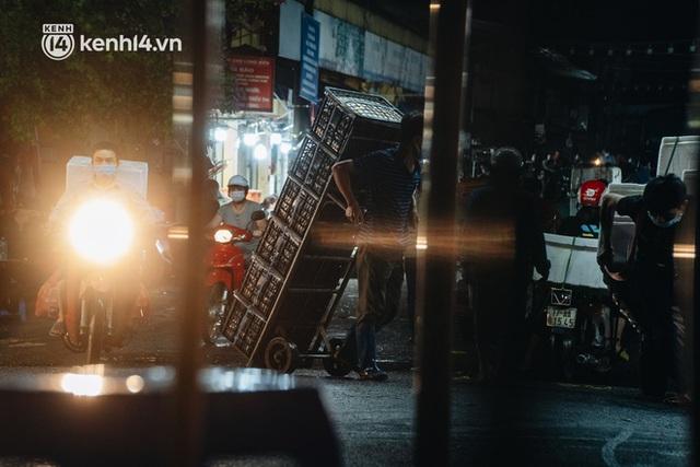 Hà Nội: Phong tỏa khu vực hải sản trong chợ Long Biên, tập trung truy vết liên quan ca Covid-19 từng đến đây - Ảnh 16.