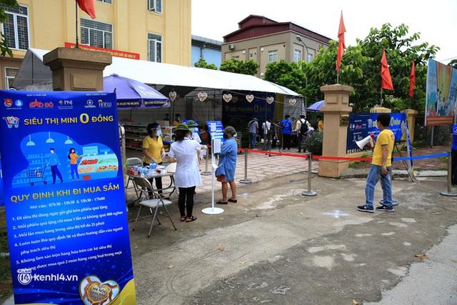 Ảnh: Người dân nghèo phấn khởi tới siêu thị 0 đồng đầu tiên tại Hà Nội - Ảnh 4.