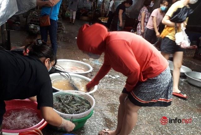 Hà Nội: Tôm, thịt lợn giá rẻ bất ngờ, rẻ hơn trước giãn cách, chợ đầy ắp tươi ngon - Ảnh 3.